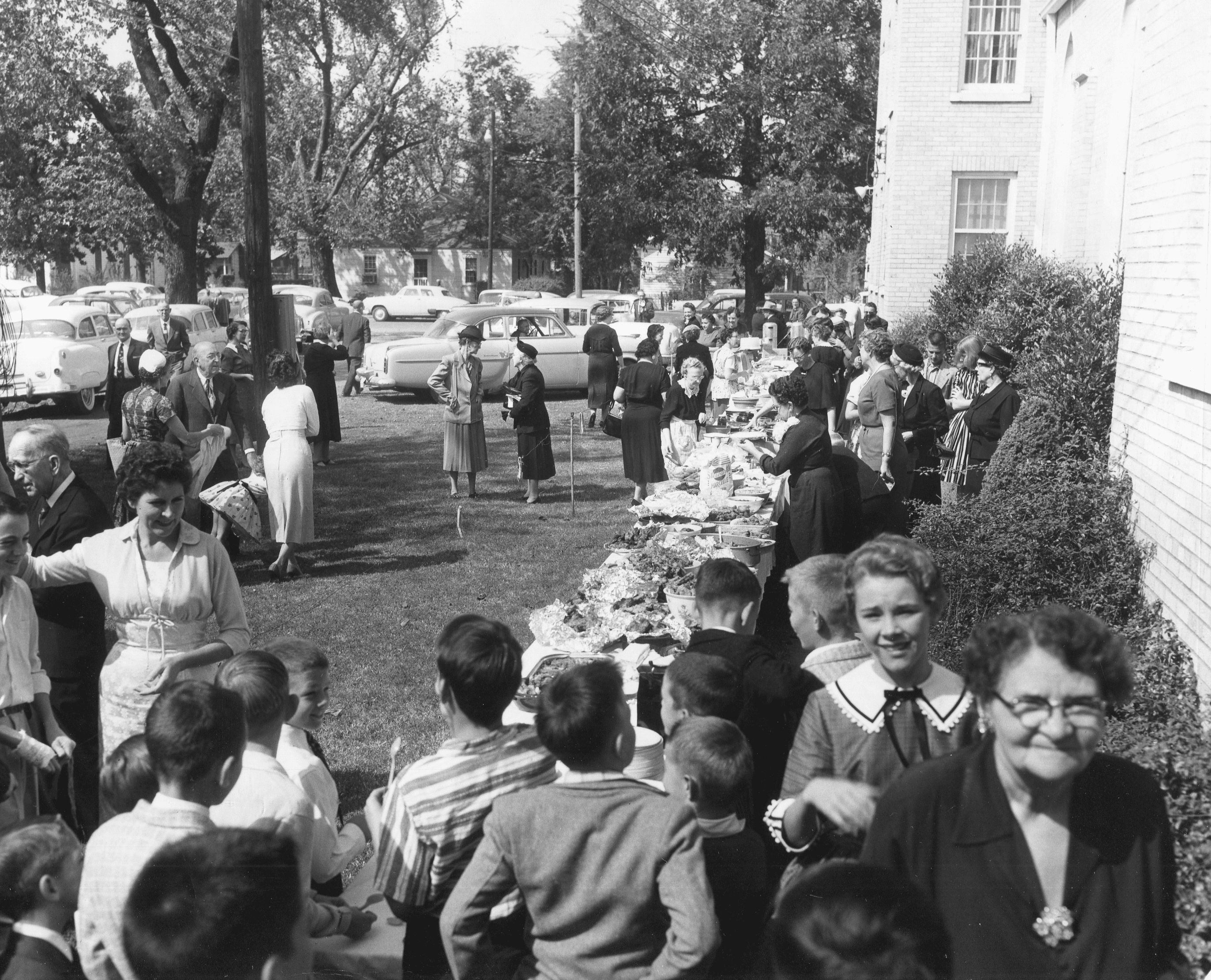 1950's – Dinner on the grounds